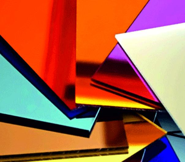 Hodiny sú vyrobené z vysoko kvalitného akrylového skla s vysokým leskom