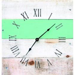 Kreatívne hodiny z dreva v modrom objatí