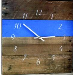 Hodiny z dreva farby nášho času na stenu .