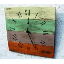 Drevené hodiny rímske čísla a rímsky pokoj vo farbách .